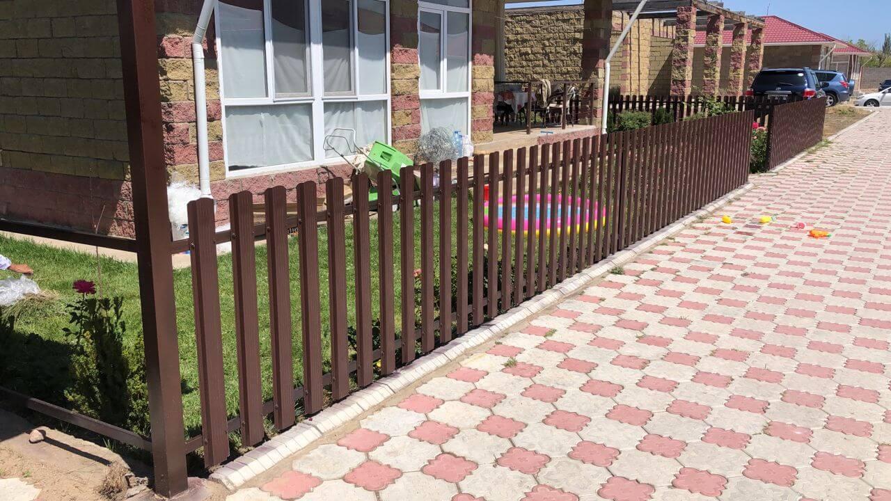 забор из штакетника шоколад фото2