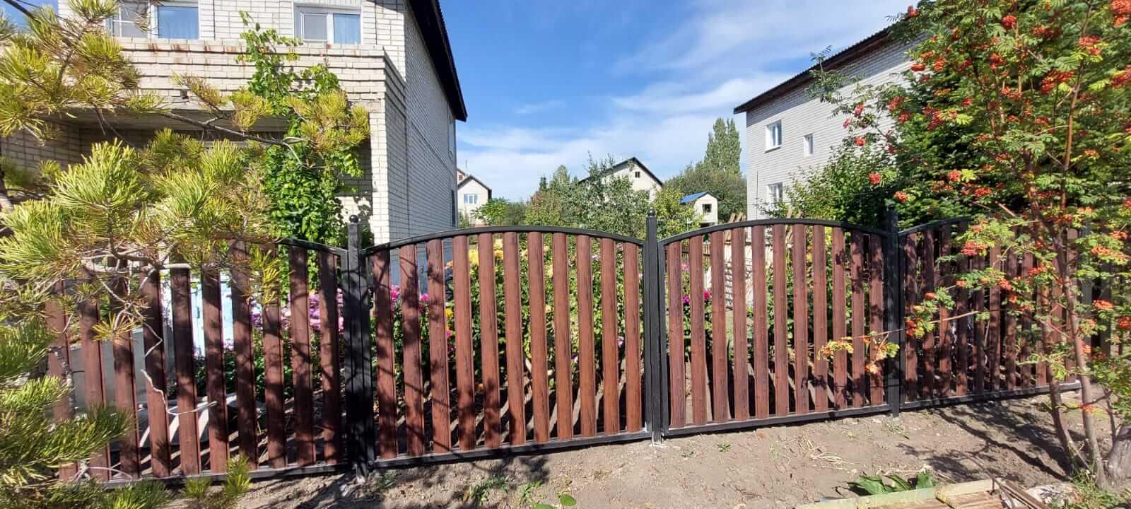 забор из штакетника каштан красный фото2