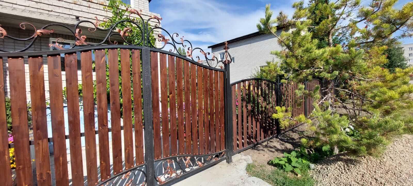 забор из штакетника каштан красный фото1
