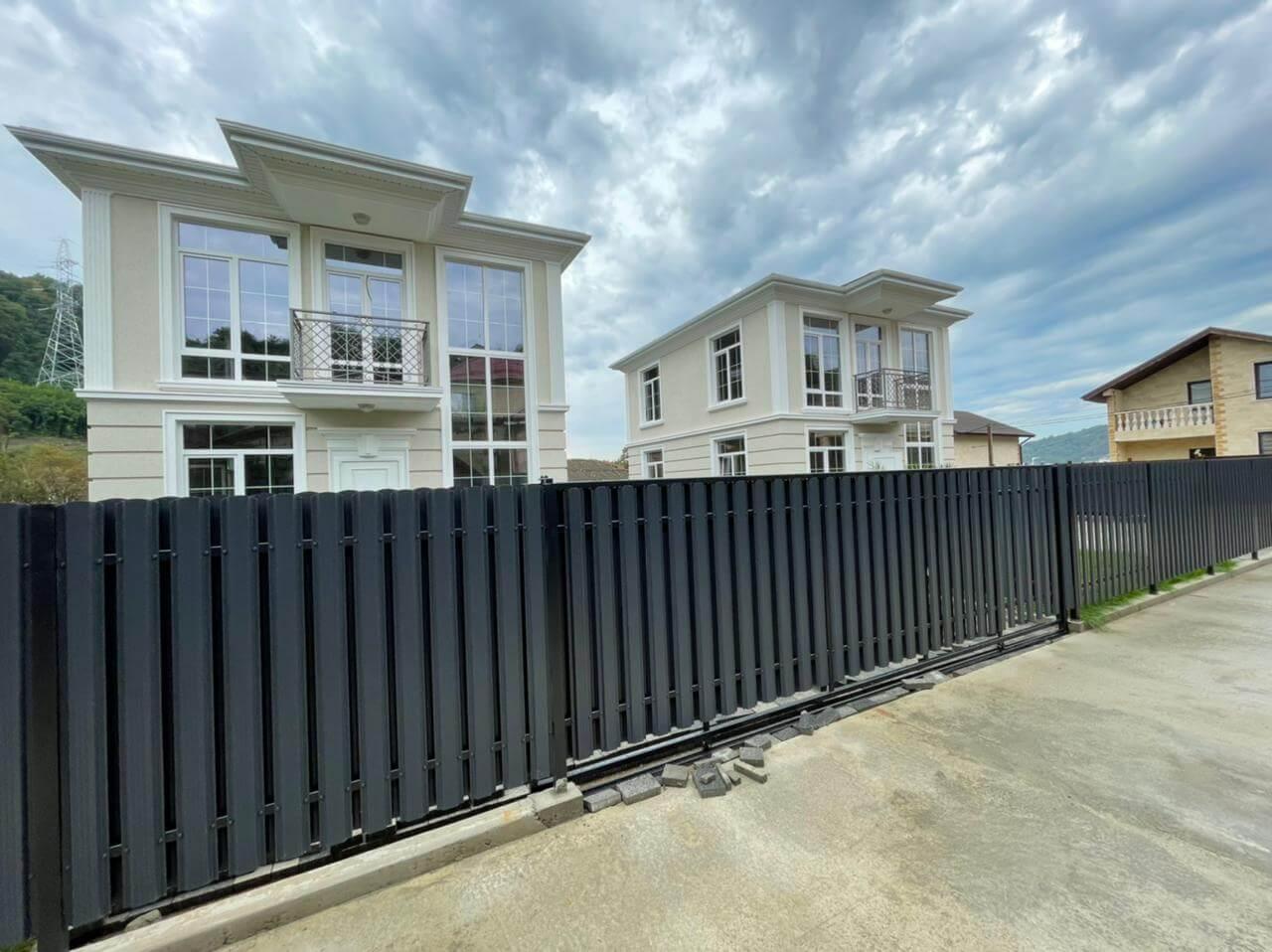 забор из штакетника серый графит двухсторонний фото2