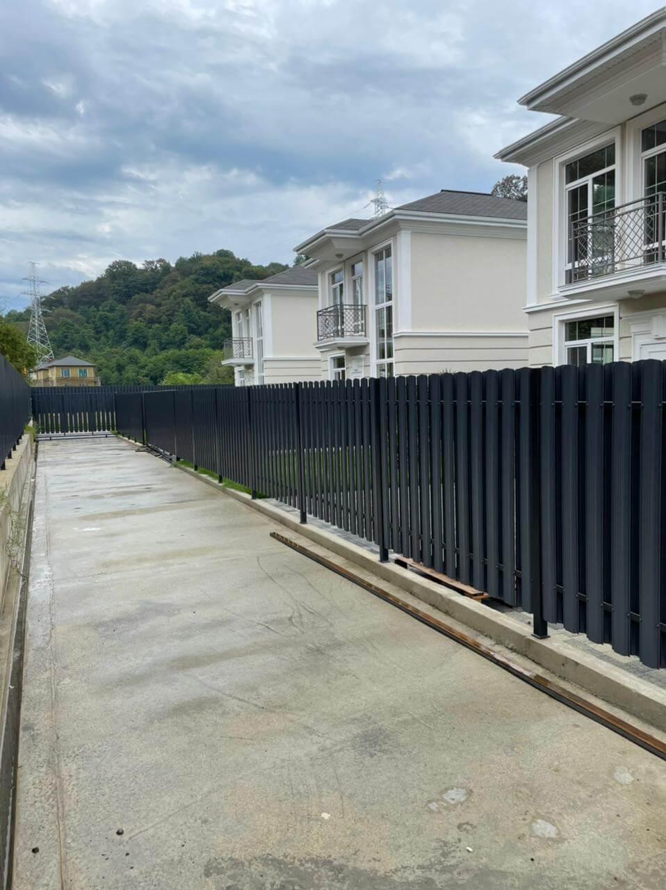 забор из штакетника серый графит двухсторонний фото3