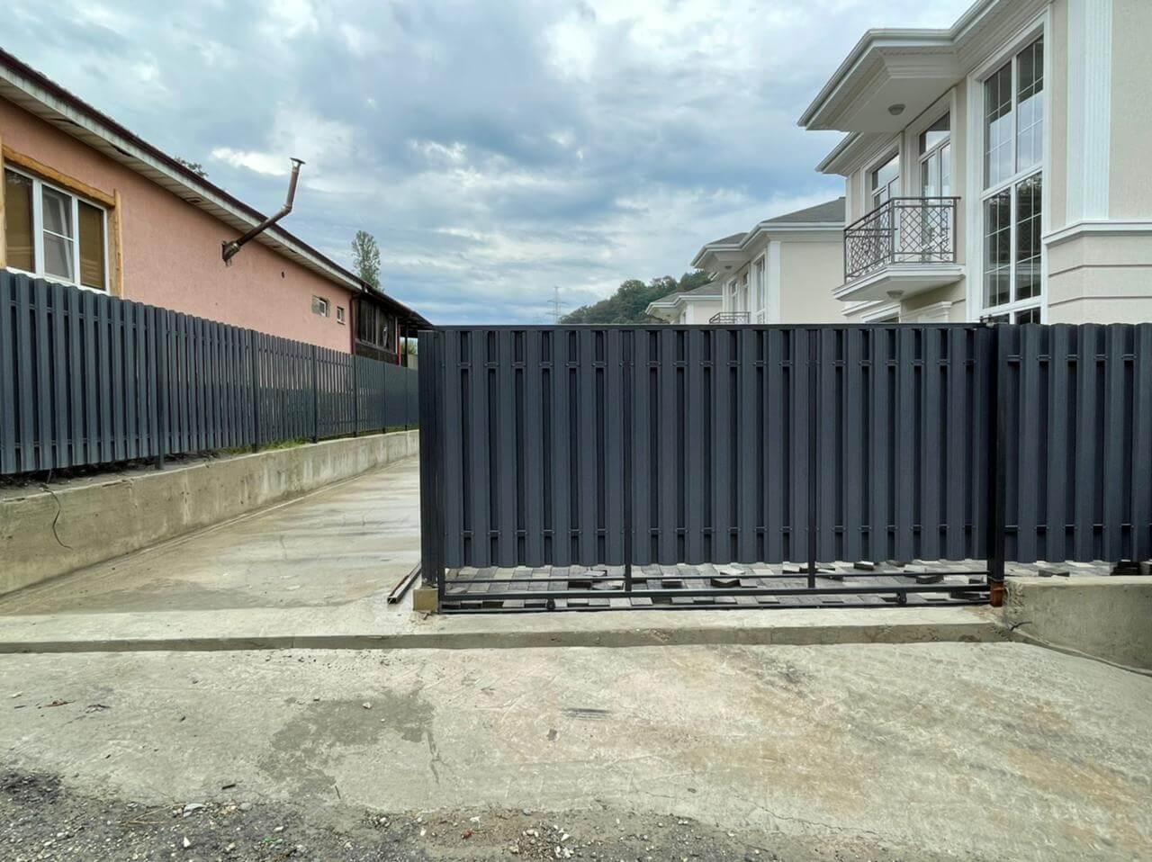 забор из штакетника серый графит двухсторонний фото5