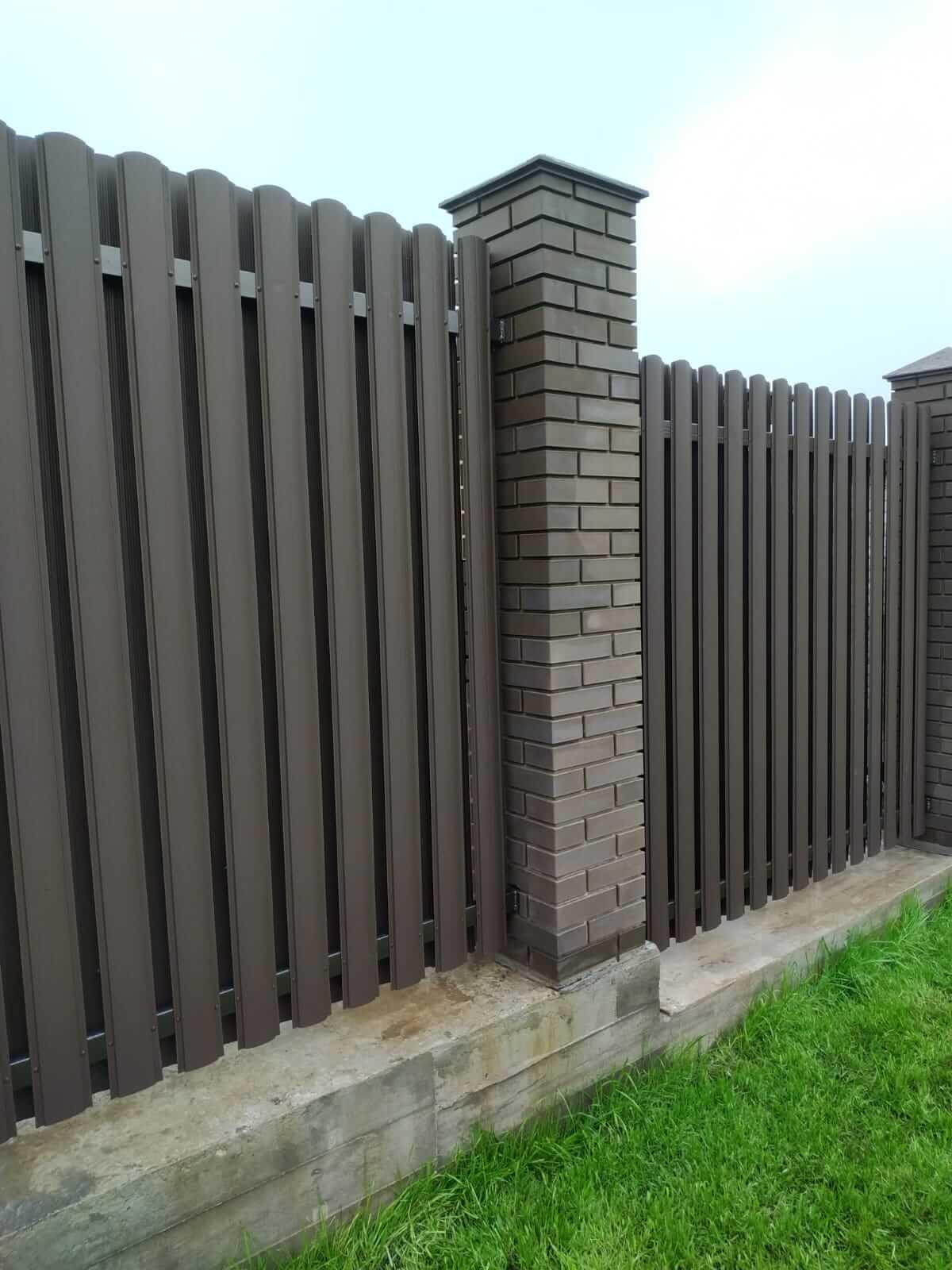 забор из штакетника шоколад матовый фото2