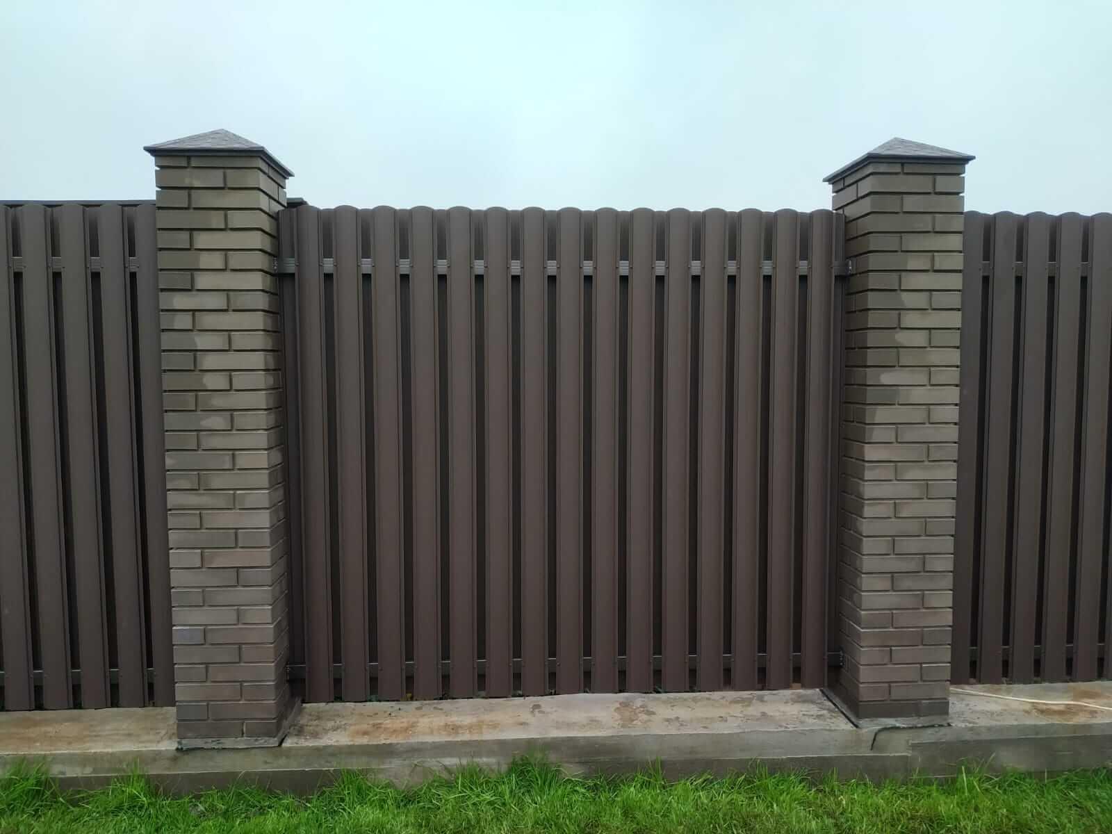 забор из штакетника шоколад матовый фото1