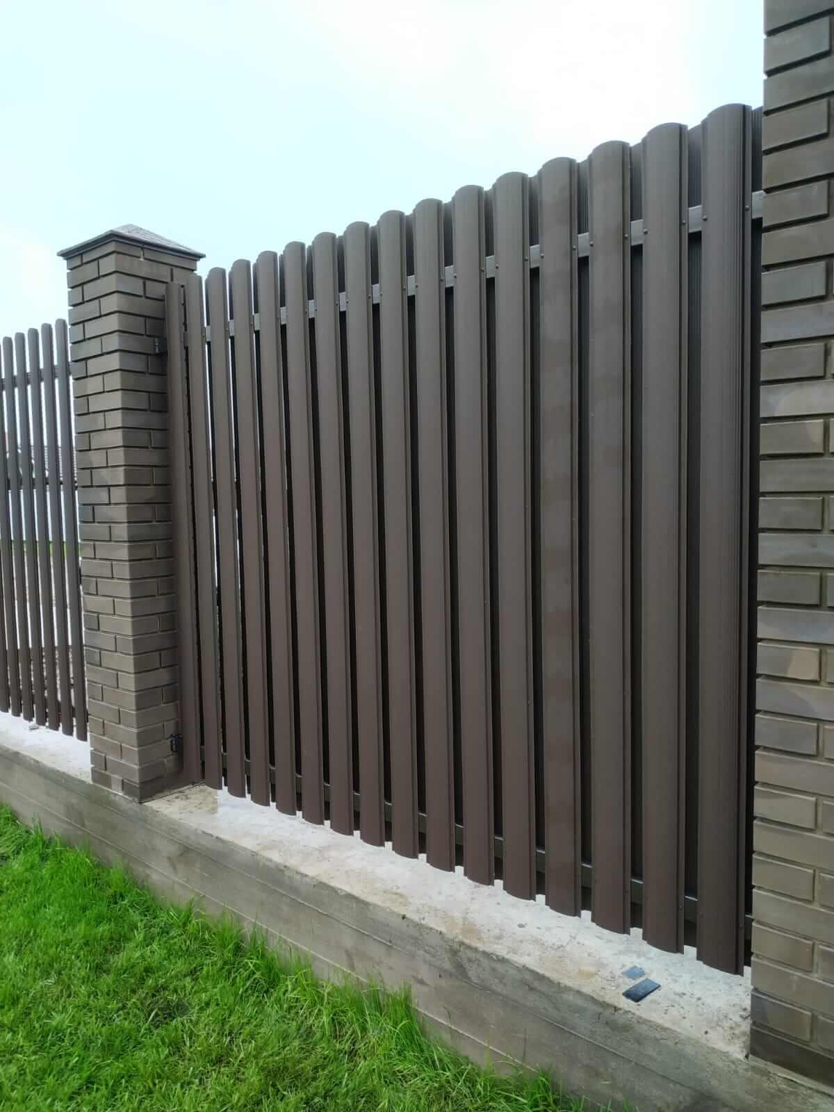 забор из штакетника шоколад матовый фото4